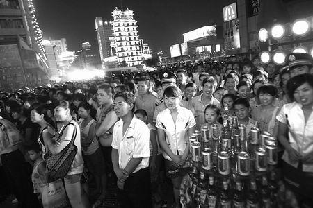 郑州/百年德化所在的德化街步行街区,是郑州推行夜间消费的第一试点...