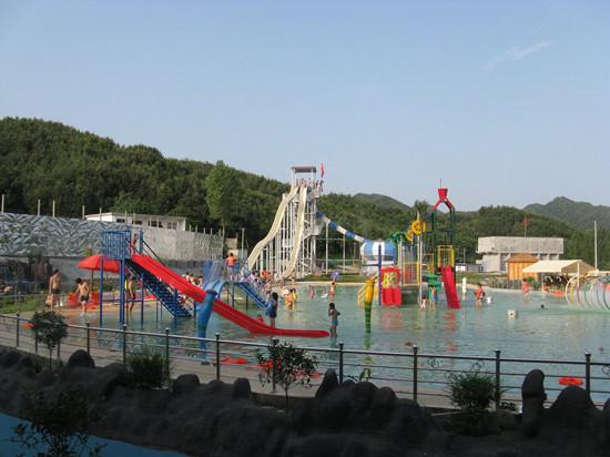 尧山森海湾水上世界乐园景区位于河南省平顶山市鲁山县尧山镇贾