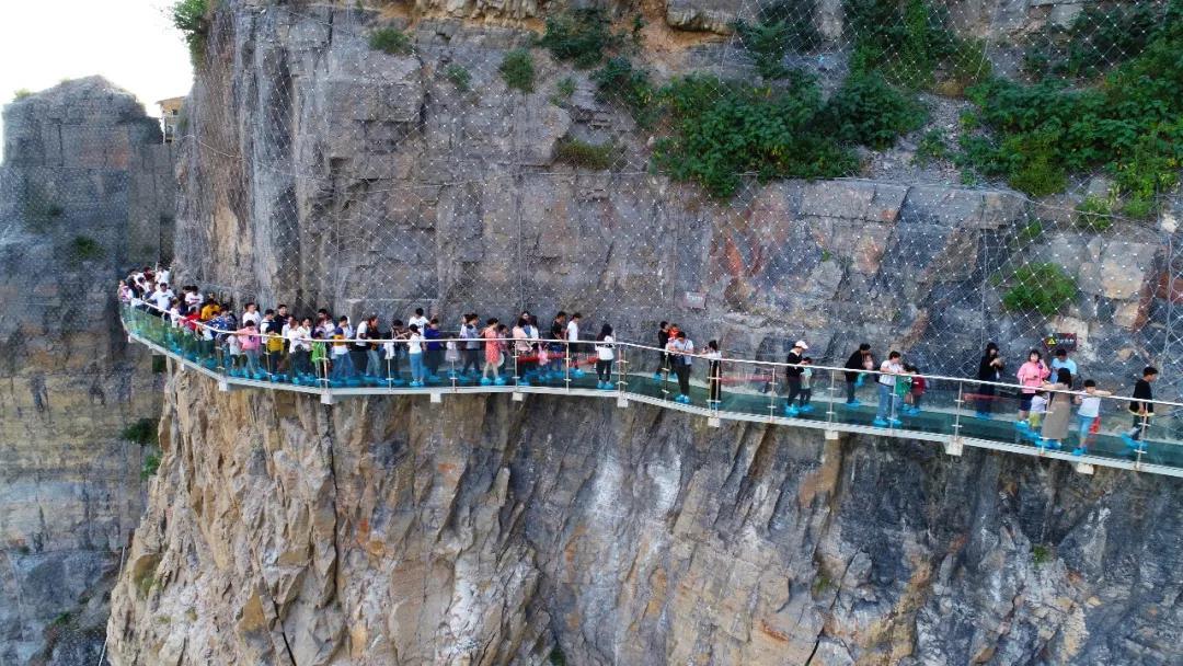 芒砀山旅游区在大汉雄风景区和夫子山景区新开放了包括玻璃滑道,绝壁